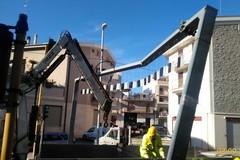 Traffico bloccato in via Bisceglie: camion danneggia asta indicatore d'altezza
