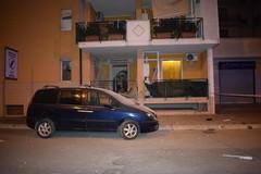 Bomba davanti ad una abitazione in via Mattia Preti: una donna rimane lievemente ferita