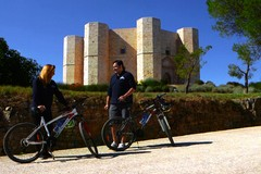 Bicibicitalia, gli attori Federico Perrotta e Valentina Olla fanno tappa a Castel del Monte