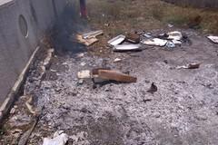 Rifiuti in fiamme nei pressi del Cimitero, intervengono i Federiciani