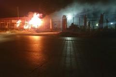 Incendio in un autoparco su via Canosa: quattro camion distrutti