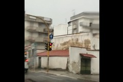 Pioggia e maltempo, la ballata del semaforo impazzito