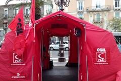 La tenda rossa della Flai Cgil in piazza Catuma