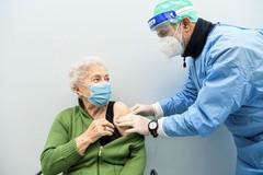 Arrivano a 130mila le prenotazioni per i vaccini anti covid a cittadini over 80