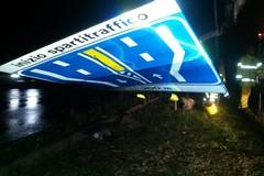 Vento e acqua spazzano via alberi e cartelloni pubblicitari: notte di lavoro per Vvf, Multiservice e Polizia locale