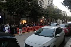 Capo Plaza approda ad Andria, fila interminabile di ragazzi in attesa di un autografo