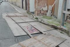Forti raffiche di vento, cade recinzione in via Diaz