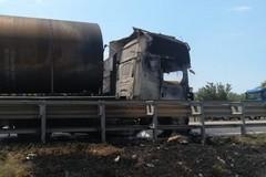 Tir in fiamme, rallentamenti sulla 16 tra Trani e Barletta
