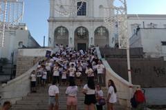 Una riflessione sulla legalità: flash mob della parrocchia San Riccardo sulla scalinata del Carmine