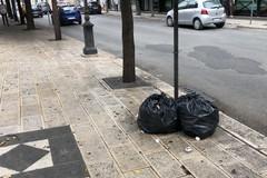 Ritardi nella raccolta rifiuti in via De Gasperi, la segnalazione dei residenti