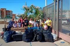Adulti e bambini volontari ripuliscono il quartiere San Valentino