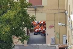 Arrivano i banchi (a rotelle) ad Andria ma le lezioni ora sono a distanza