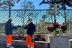 Un tocco floreale al Crocifisso nei pressi del Cimitero, bel gesto di due cittadini andriesi