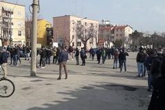 I venditori ambulanti manifestano a Largo Torneo contro lo stop al mercato settimanale