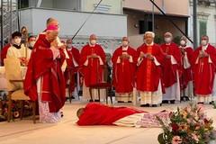 La tenerezza di Maria e la porzione di Chiesa stretta intorno al Vescovo Giovanni