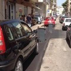 Via Bari e l'asfalto nuovo: auto protette dai commercianti