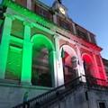 Palazzo di Città illuminato di giallo e del Tricolore per Patrick Zaki