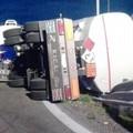 Si ribalta rimorchio di camion su A/14 tratto Canosa di P.-Andria