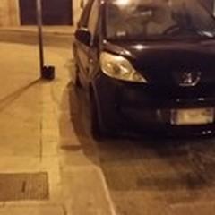 Via Vaglio e lo strano parcheggio serale sullo scivolo per disabili