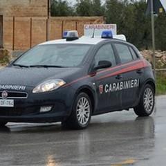 Sorpresi a rubare le ruote di un'auto in sosta: arrestati in due