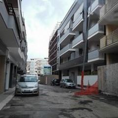 Pali della pubblica illuminazione dimenticati in via Vito Fornari