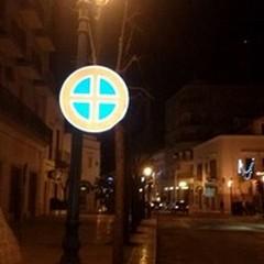 Troppa fretta e il cartello in Via De Gasperi cede