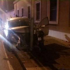 Auto contro un palo in viale Virgilio: due feriti lievi