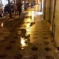Piove e si allagano i marciapiedi di corso Cavour