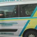 Anziana su sedia a rotelle chiusa in furgone per oltre mezz'ora