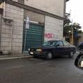 Ostacola da giorni il transito dei pedoni: accade in via Duca di Genova
