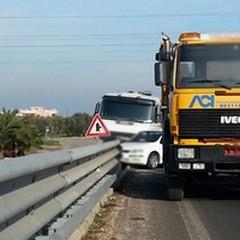 """Incidente sulla  """"Andria-Barletta """": auto e camion su guard rail"""