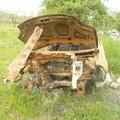 Scheletro di auto in fiamme nel cuore della Murgia, ecco le immagini di ciò che resta