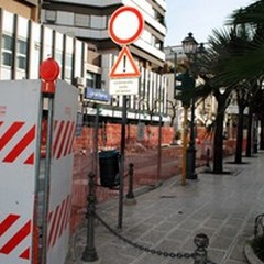 Continuano i lavori in via De Gasperi anche di Domenica