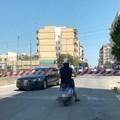 Automobile tra le sbarre del passaggio a livello in via Barletta