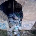 """Episodi di inciviltà ad Andria: casolare diroccato in via Bisceglie diventa un  """"contenitore """" di immondizia"""