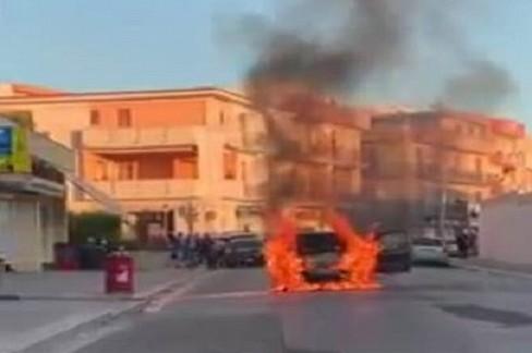 Incendio di una autovettura in via Indipendenza, arrivano i Vigili del fuoco