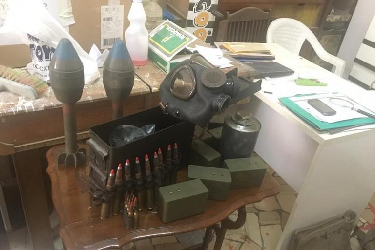 Pulisce ripostiglio e trova esplosivi e munizioni da guerra