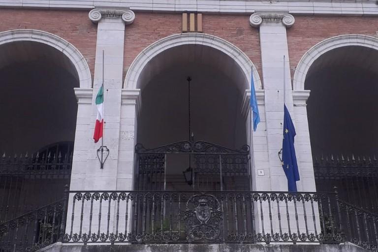 Bandiere a mezz'asta al Comune di Andria