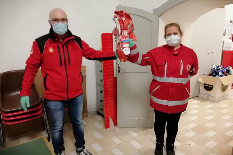 doni pasquali offerti dalla Croce Rossa