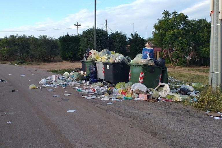 Cumuli di rifiuti nella borgata Troianelli