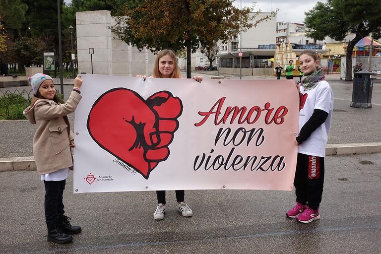 Andria si è tinta di Rosa per dire tutti insieme «No alla violenza sulle donne». <span>Foto Riccardo Di Pietro</span>