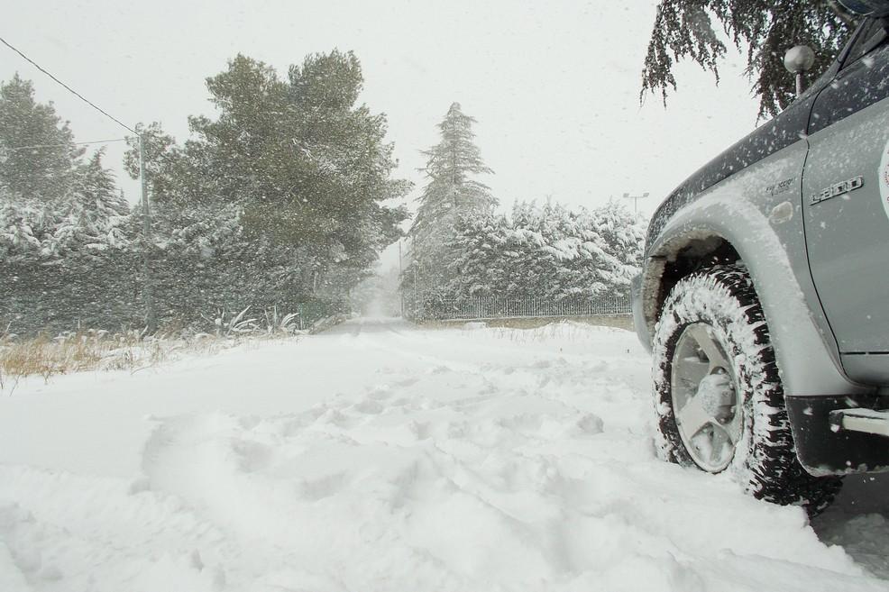 Neve sulla strada per Castel del Monte