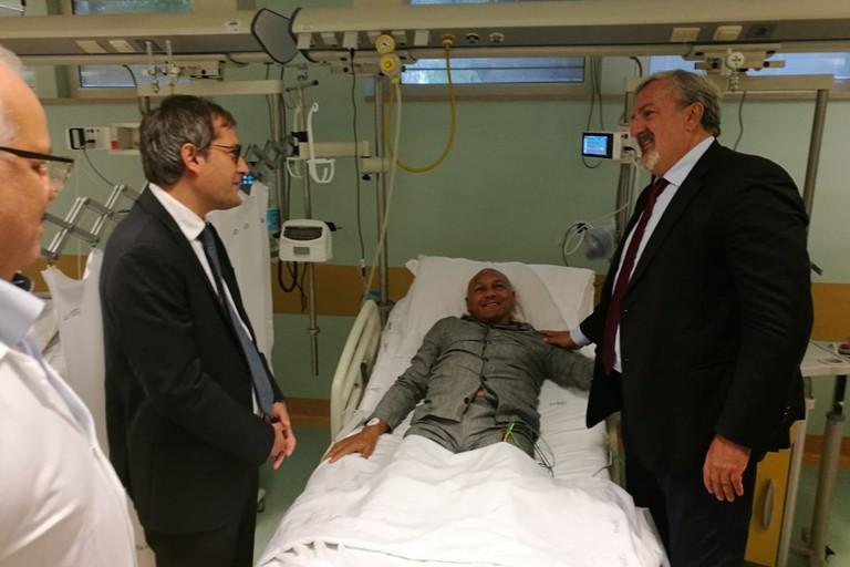 il Sindaco Angarano e il Presidente Emiliano in visita al maresciallo di Polizia Locale aggredito