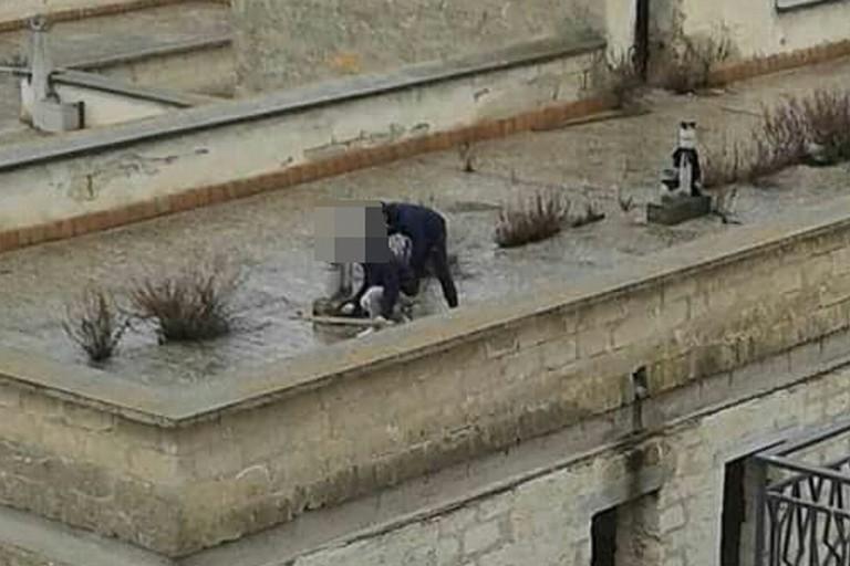 Ragazzini giocano sul terrazzo dell'ex carcere abbandonato