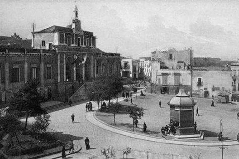 piazza Municipio in una foto d'epoca