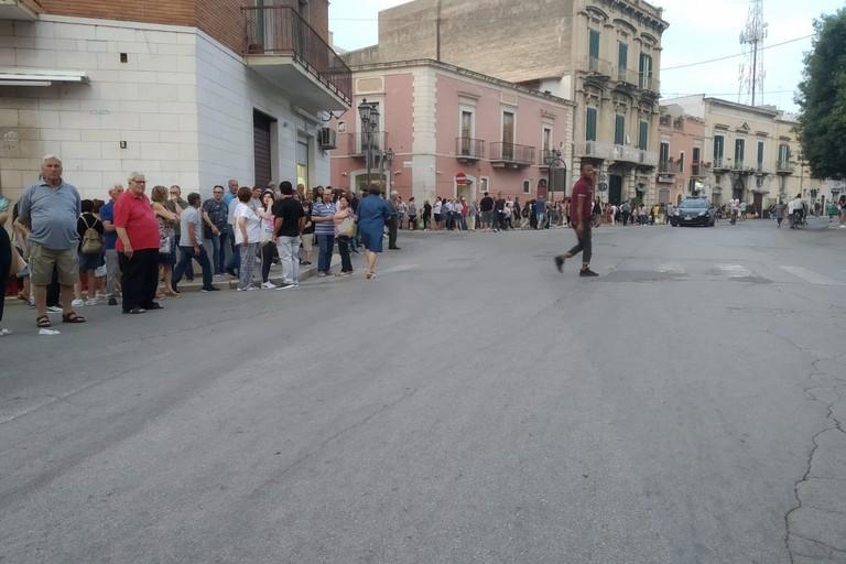 gente presente nei pressi di piazza Umberto I
