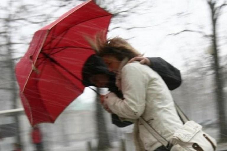 Freddo e neve dalla mezzanotte, previsto vento forte, Sasu, massima prudenza