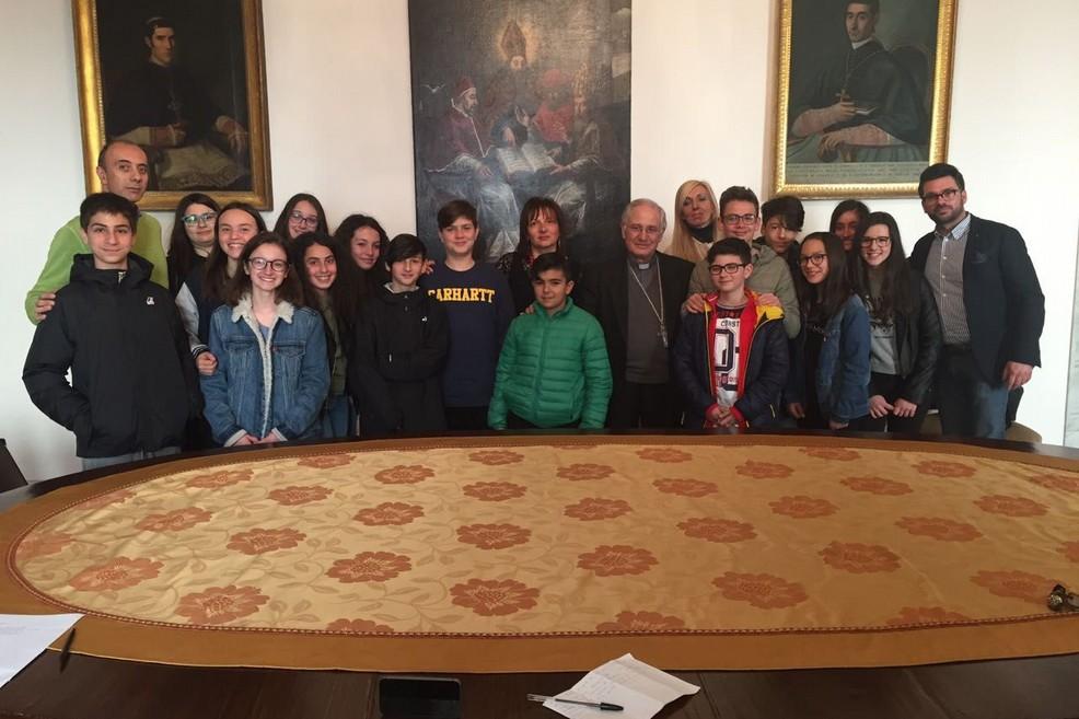 Mons. Mansi con gli studenti della scuola