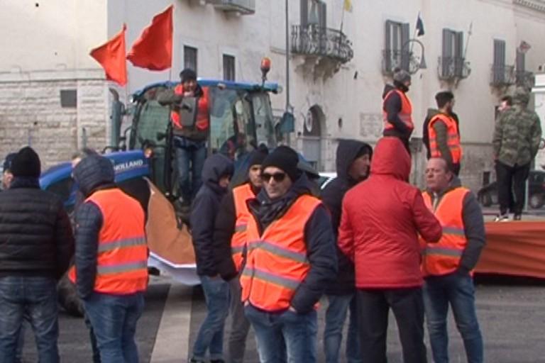 Gilet arancioni in piazza Catuma