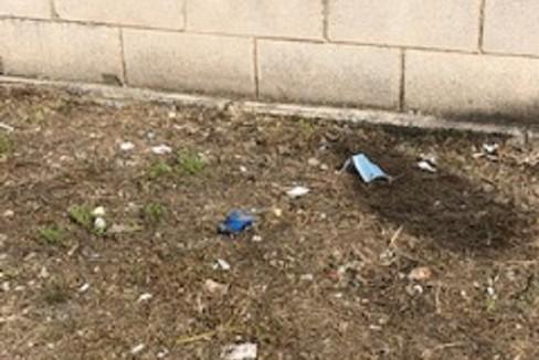 Dispositivi di protezione sanitaria abbandonati per strada